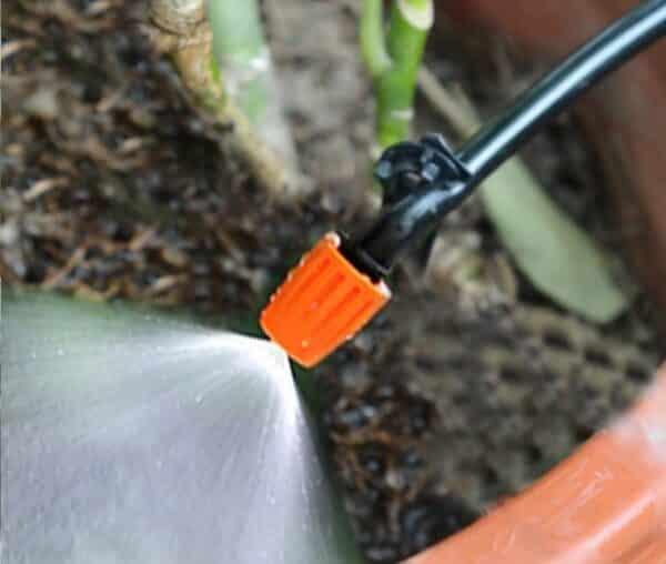 Béc nhựa tưới cây điều chỉnh được